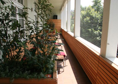 Neugestaltung einer Balkonterasse in München in Lärche Rombusschallung Blumenkästen Sitzbänke Wandvertäfelung (2)