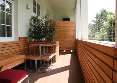 Neugestaltung einer Balkonterasse in München in Lärche Rombusschallung Blumenkästen Sitzbänke Wandvertäfelung (3)