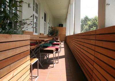 Neugestaltung einer Balkonterasse in München in Lärche Rombusschallung Blumenkästen Sitzbänke Wandvertäfelung (4)