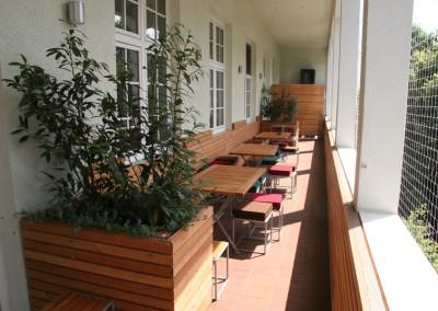Neugestaltung einer Balkonterasse in München in Lärche Rombusschallung Blumenkästen Sitzbänke Wandvertäfelung