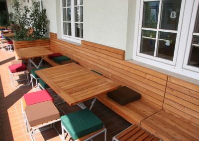 Neugestaltung einer Balkonterasse in München in Lärche Rombusschallung Blumenkästen Sitzbänke Wandvertäfelung (5)
