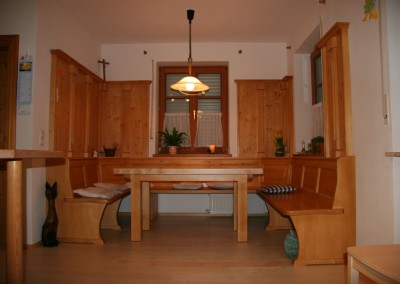 Eckbank mit Wandvertäfelung Tisch